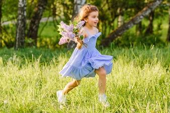 Menina, executando, ligado, capim, com, grupo flores