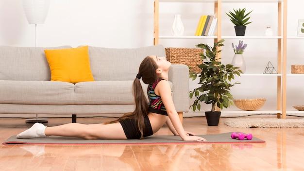 Menina exercitando em casa