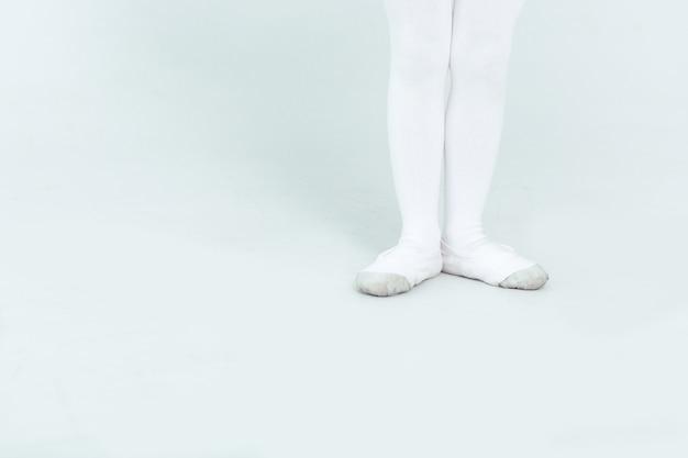 Menina experimentando sapatilhas de balé de perto