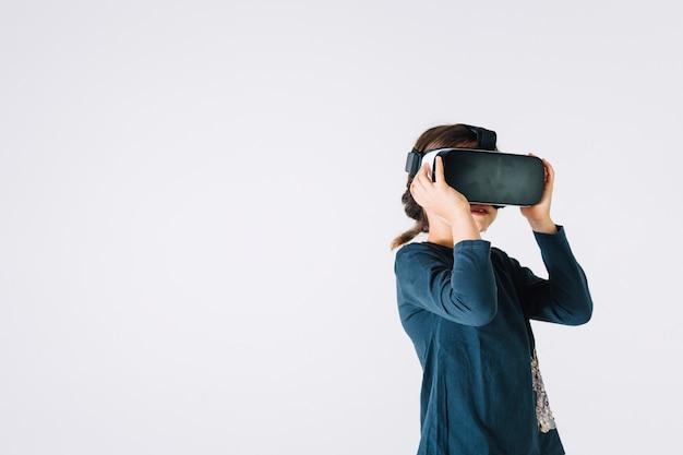 Menina, explorando a realidade virtual
