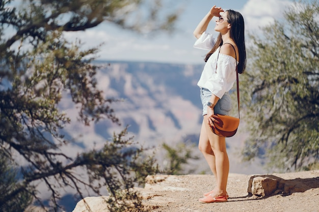 Menina, explorando o grand canyon no arizona
