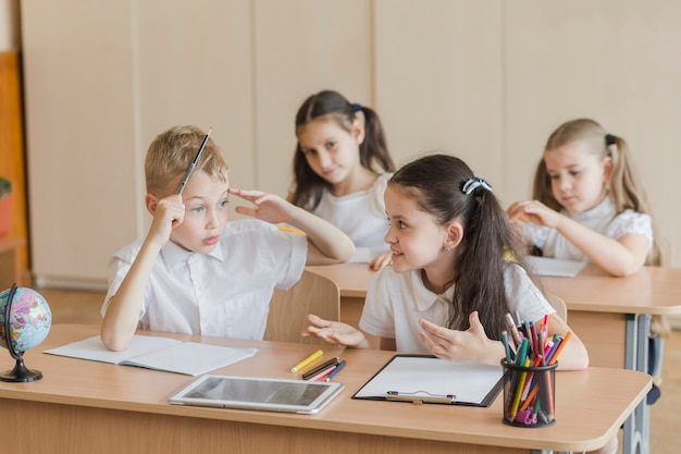 Menina, falando, com, menino, durante, lição