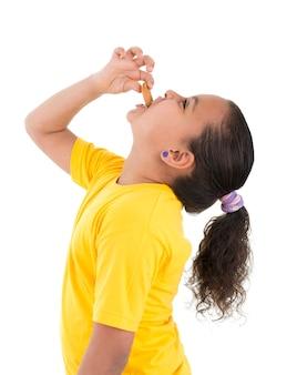 Menina faminta comendo biscoitos