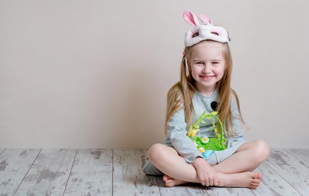 Menina fantasiada de coelhinho da páscoa