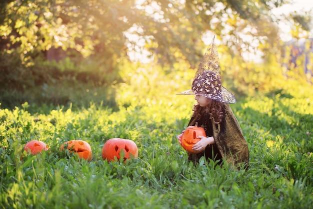Menina fantasiada de halloween com abóbora jack
