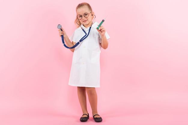 Menina fantasiada de médico com injeção
