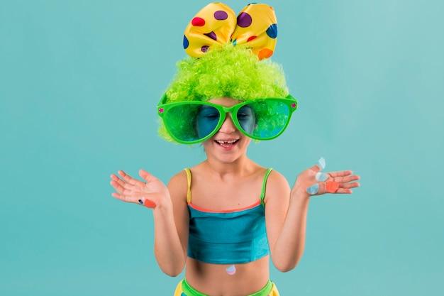 Menina fantasiada de palhaço com óculos escuros