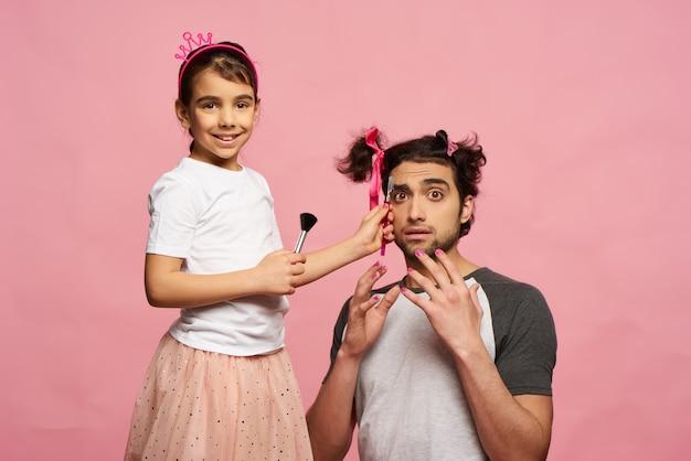 Menina faz maquiagem para o pai