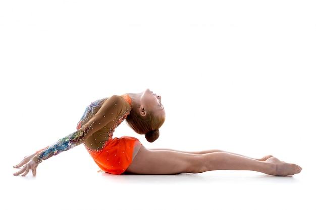 Menina fazendo back-end acro exercício