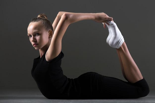 Menina fazendo exercício de extensão para trás