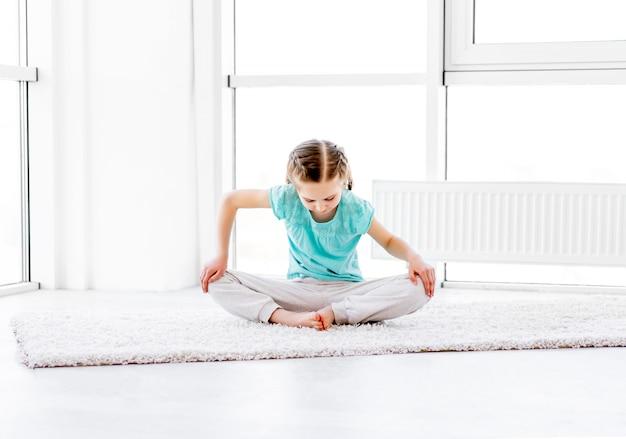 Menina fazendo exercícios