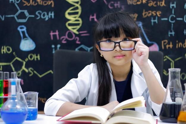 Menina fazendo experimentos em laboratório