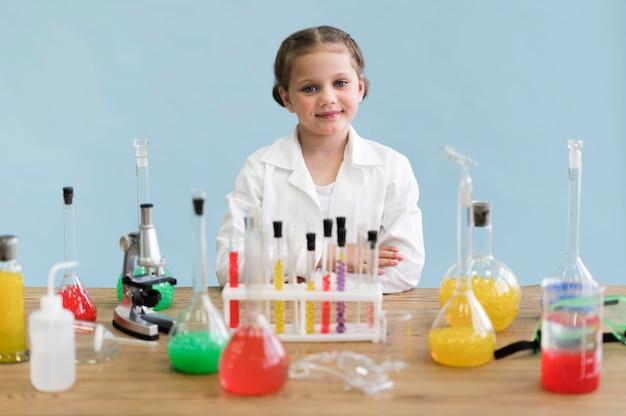 Menina fazendo experimentos