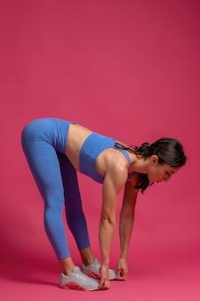 Menina fazendo flexões para frente com o corpo