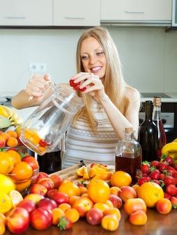 Menina fazendo frutas bebidas com álcool