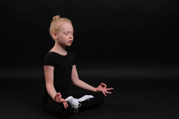 Menina fazendo ioga
