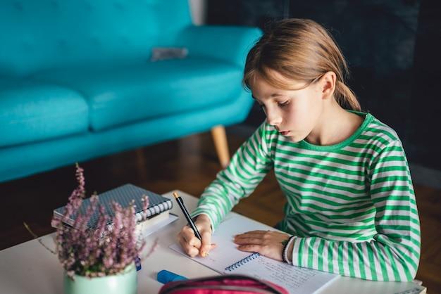 Menina fazendo lição de casa