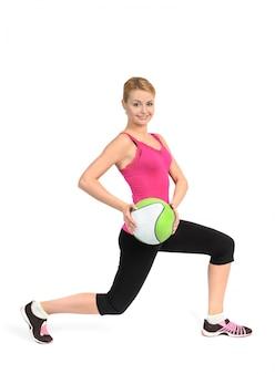 Menina, fazendo, lunges, exercício, com, medicina, bola