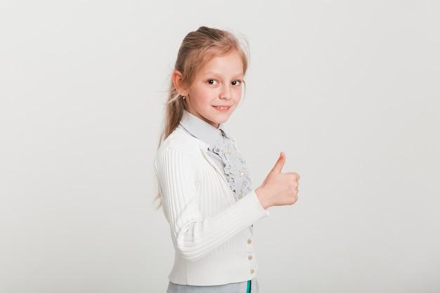 Menina fazendo os polegares para cima