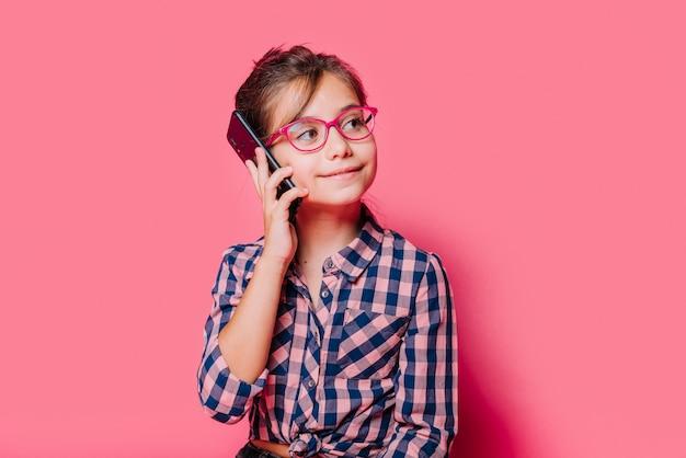 Menina, fazendo telefonema