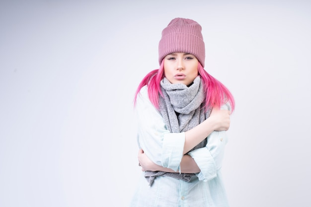 Menina febril com cachecol e chapéu rosa