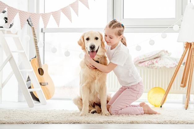 Menina feliz, abraçando o cão bonito