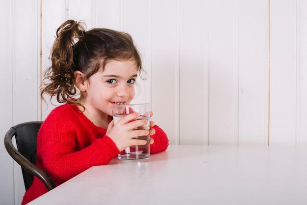 Menina feliz bebendo água