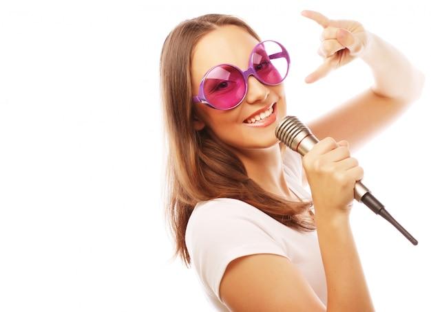 Menina feliz cantando