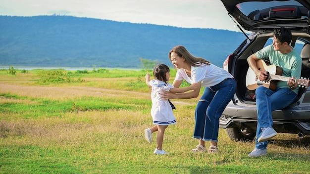Menina feliz com a família sentada no carro