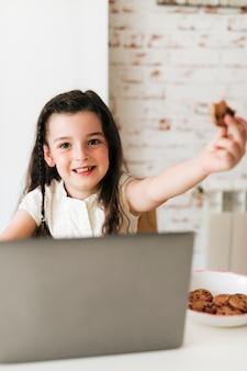 Menina feliz com biscoitos de chocolate