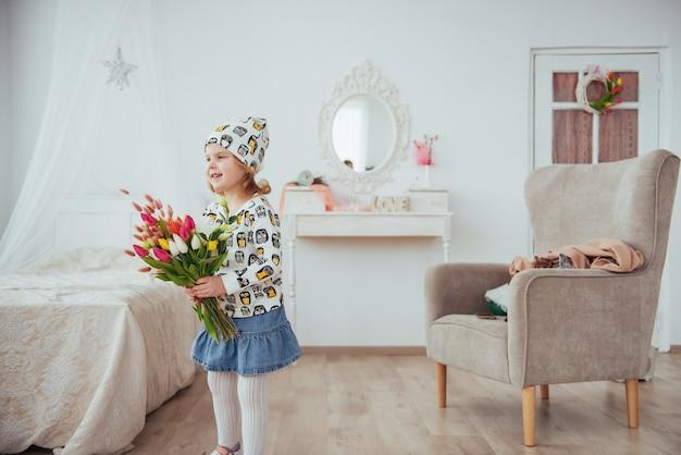 Menina feliz com buquê de flores nas mãos