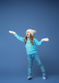 Menina feliz com chapéu e luvas