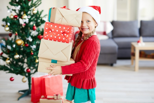Menina feliz com presentes de natal
