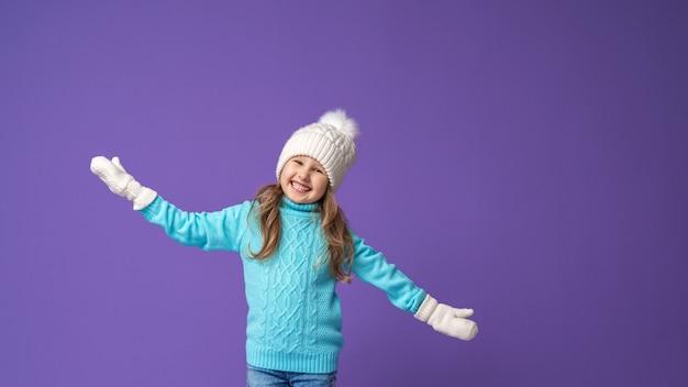 Menina feliz com roupas de inverno