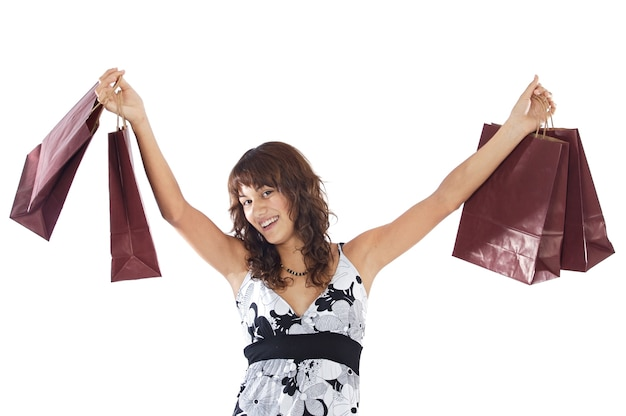 Menina feliz com sacos de compras sobre fundo branco