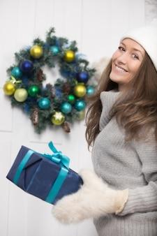 Menina feliz com um presente para o natal