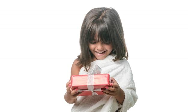 Menina feliz com um presente