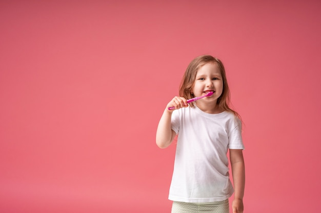 Menina feliz curtindo escovar os dentes