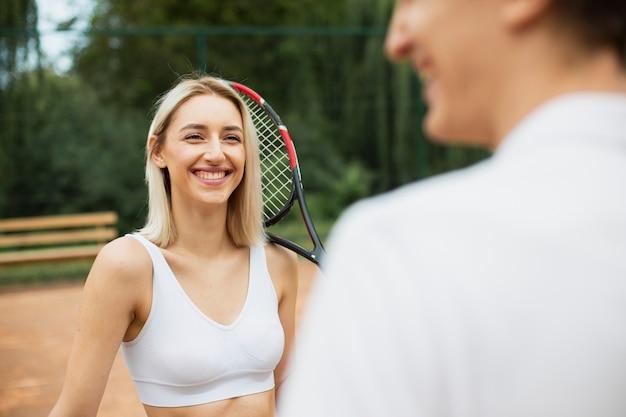 Menina feliz do tênis ao ar livre