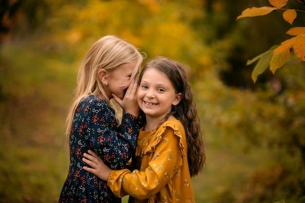 Menina feliz e fofa no parque no outono