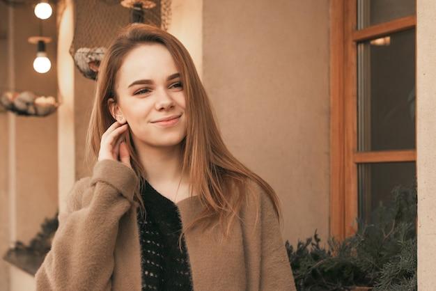 Menina feliz e na moda, andando pelas ruas da cidade.