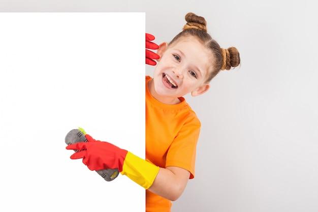 Menina feliz em luvas com escovas
