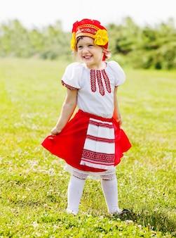 Menina feliz em roupas tradicionais russas
