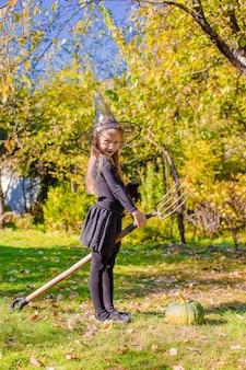 Menina feliz em traje de halloween com jack pumpkin.trick ou deleite