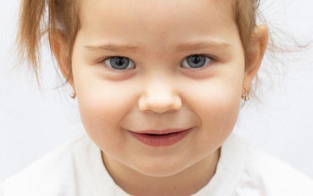 Menina feliz em um fundo branco