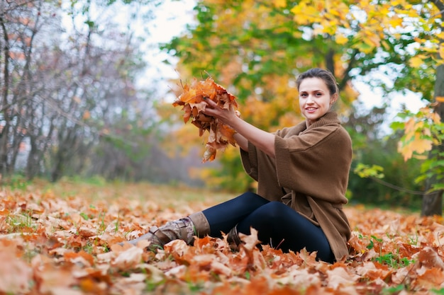 Menina feliz lança galhos