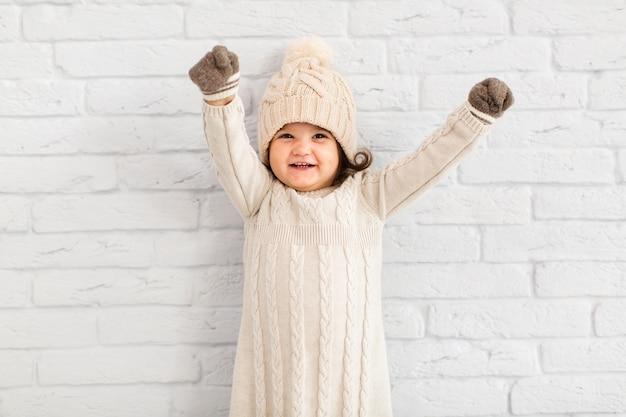 Menina feliz, levantando as mãos