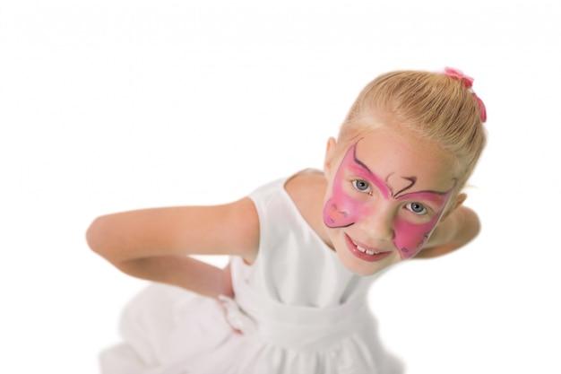 Menina feliz na pintura de rosto de borboleta