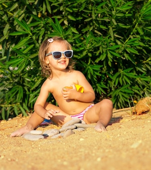 Menina feliz na praia