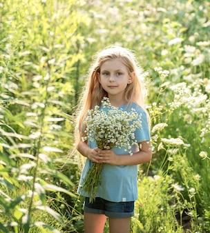 Menina feliz no campo de girassóis no verão.